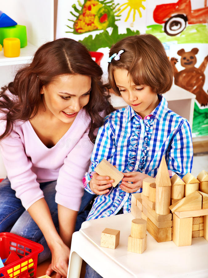 Familj med barnet som spelar tegelstenar royaltyfria bilder