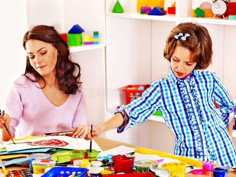 Familj med barnmålning royaltyfri bild
