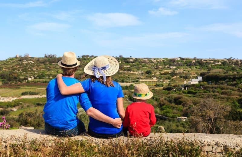 Familj med den lilla ungen som ser sceniska landssikter arkivbilder