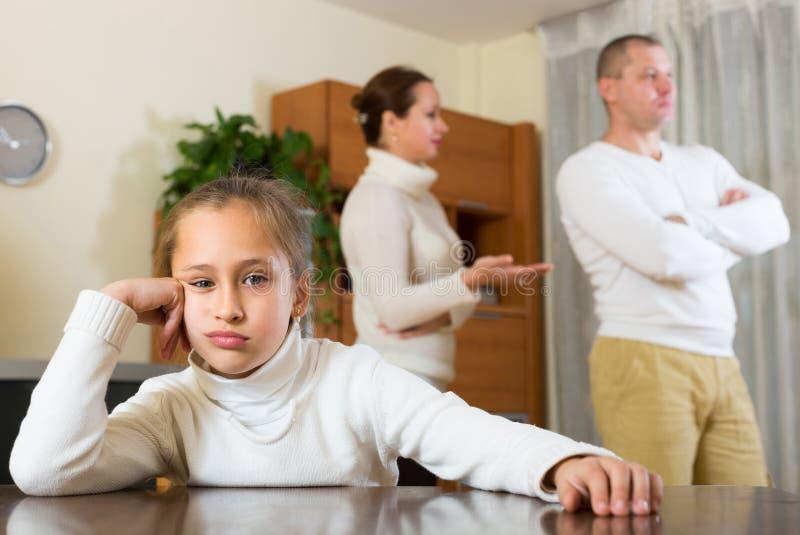 Familj med dottern som har konflikt arkivbild
