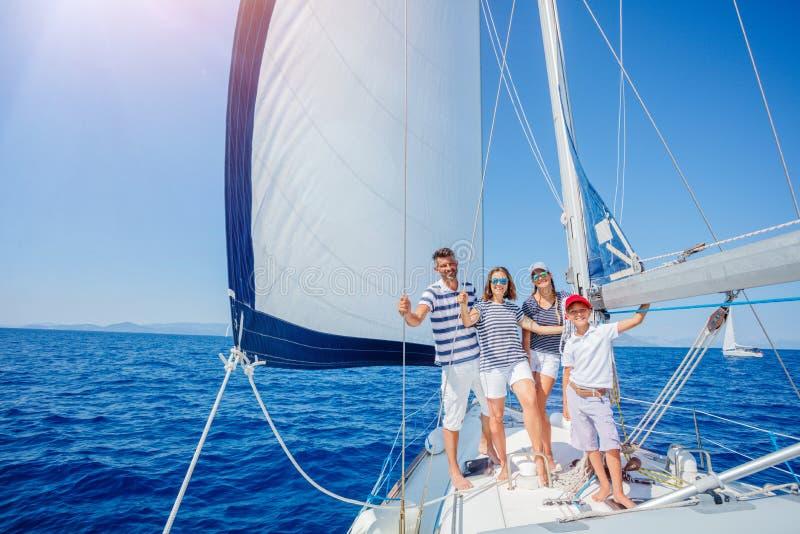Familj med förtjusande ungar som vilar på yachten royaltyfria foton
