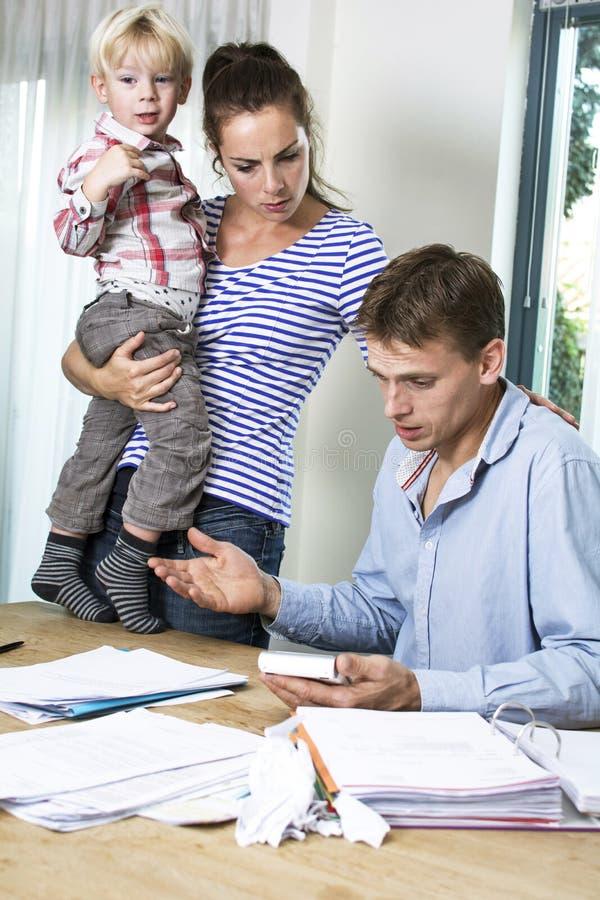 Familj med finansiella problem arkivfoton