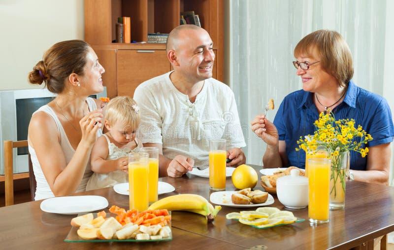 Familj med friuts och fruktsaft royaltyfri fotografi