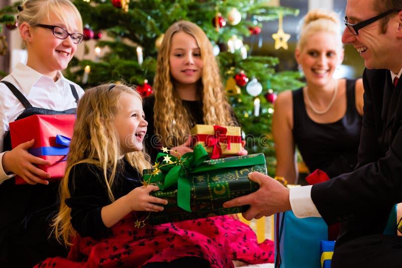 Familj med gåvor på juldag arkivfoton
