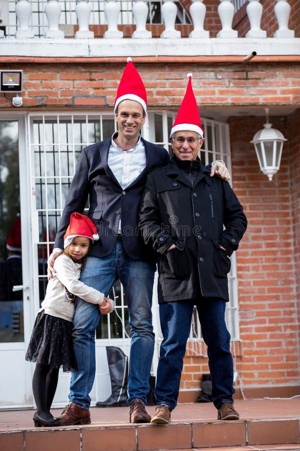 Familj med hatten för jultomten` s under jul royaltyfri foto