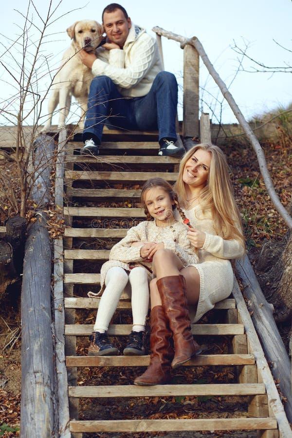 Familj med hunden royaltyfri fotografi