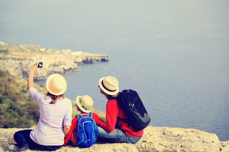Familj med litet ungelopp i scenisk sommar royaltyfri fotografi