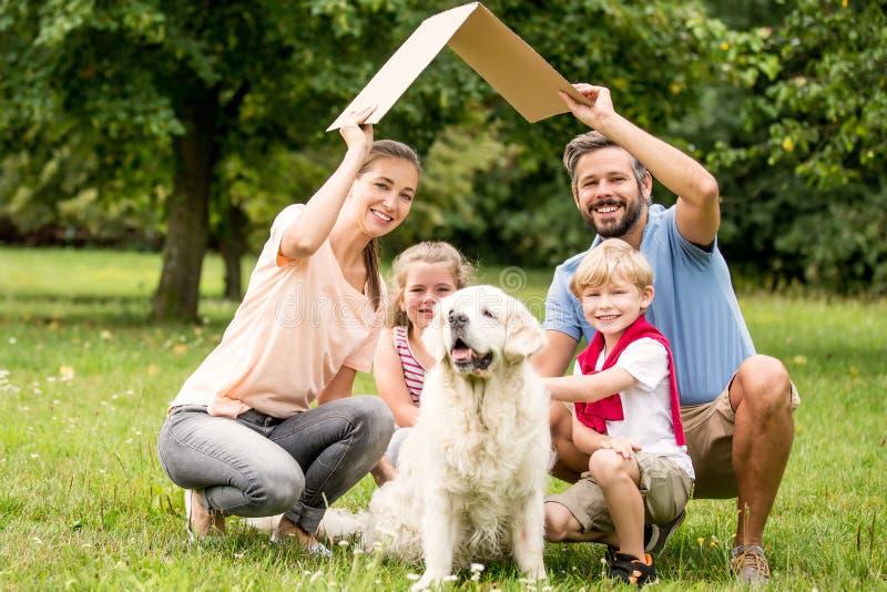 Familj med papptaket fotografering för bildbyråer