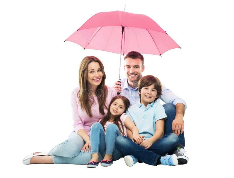 Familj med paraplyet royaltyfri fotografi