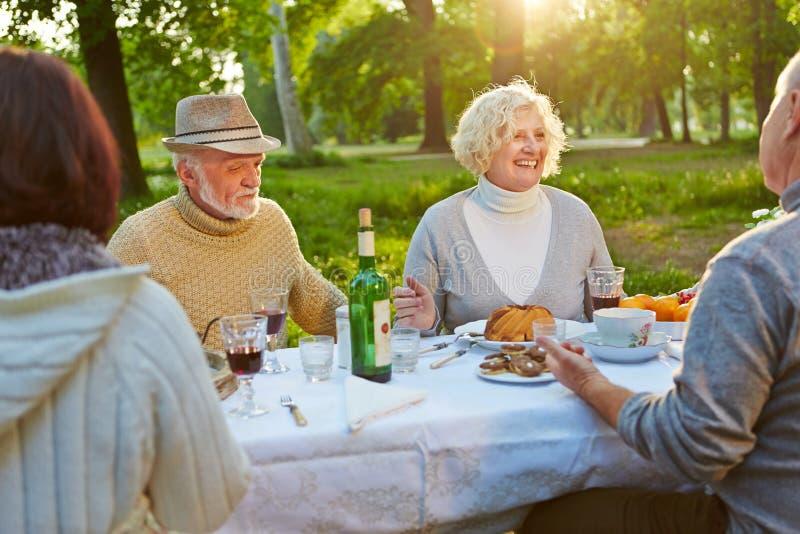 Familj med pensionärer som firar födelsedag arkivbild