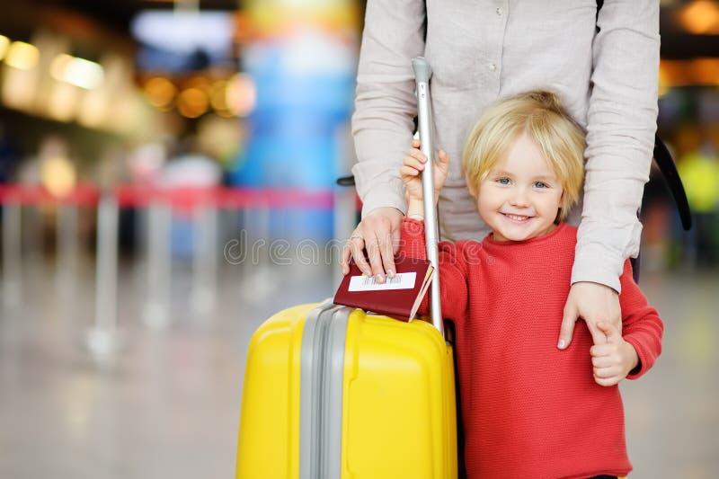 Familj med pysen på den internationella flygplatsen royaltyfri foto