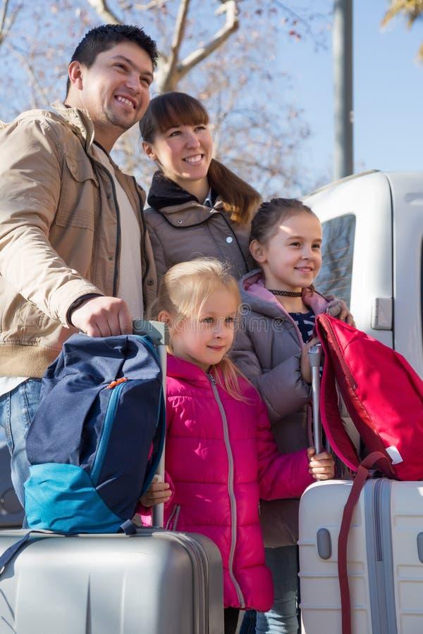 Familj med resväskor i resa arkivfoton