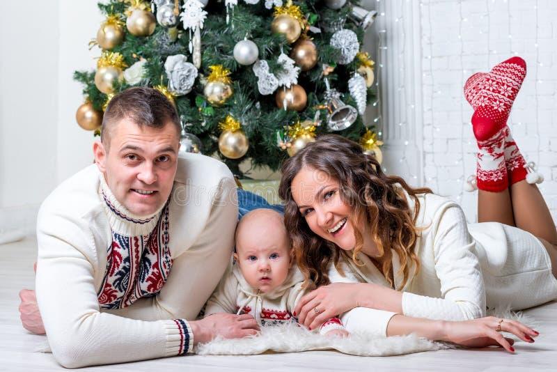 Familj med sonen nära trädet för gran för ` s för nytt år som poserar och ligger arkivfoton