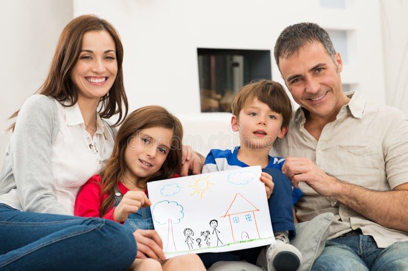 Familj med teckningen för nytt hus royaltyfria foton