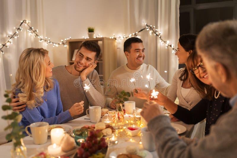 Familj med tomtebloss som har matställepartiet hemma arkivbild