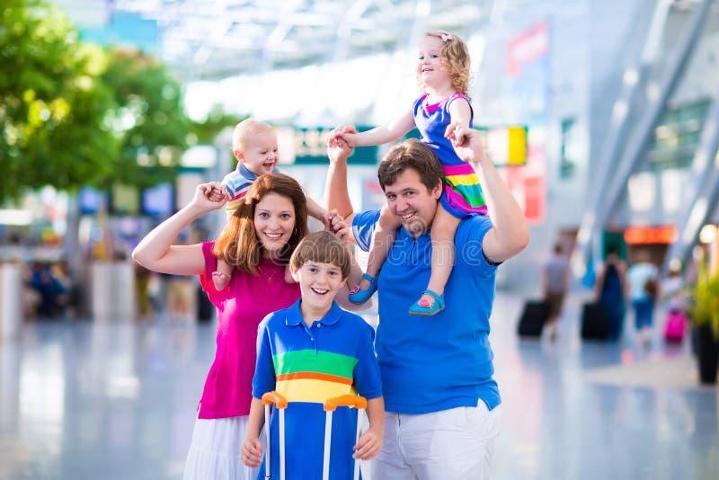 Familj med ungar på flygplatsen royaltyfria foton