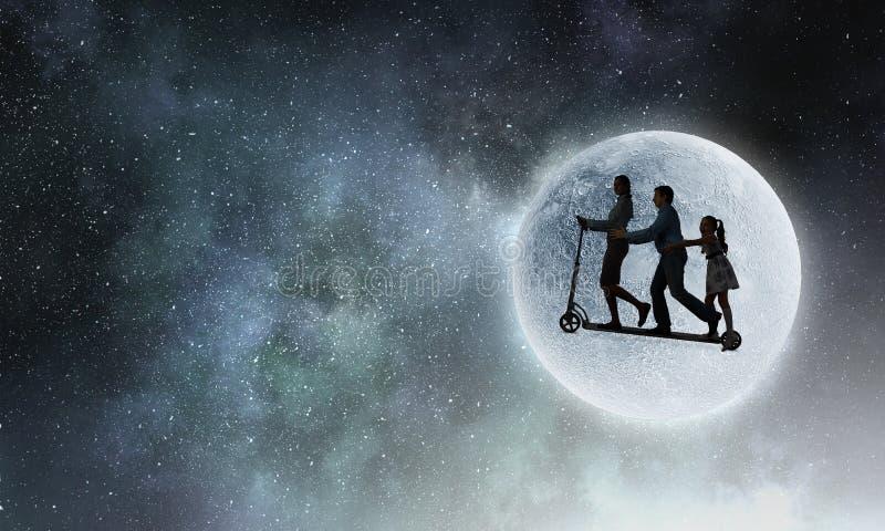 Familj mot fullmånen Blandat massmedia royaltyfri illustrationer