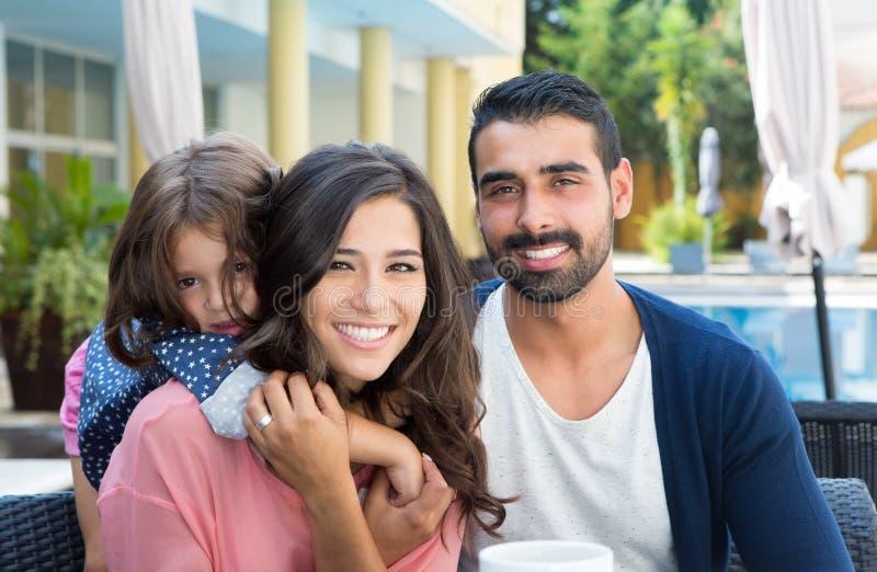 Familj nästan pölen fotografering för bildbyråer