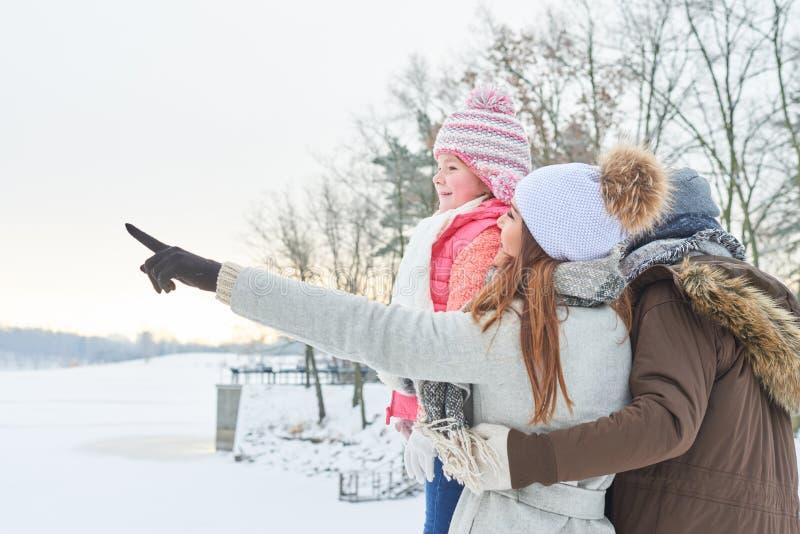 Familj och barn i vinterferier royaltyfria foton
