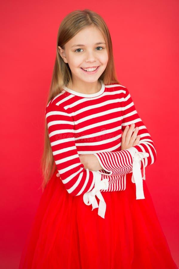 Familj och förälskelse Barns dag litet flickabarn Skolutbildning Bra uppfostra Barnavård lycklig liten flicka på rött arkivbilder
