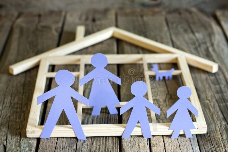 Familj och hem- begrepp, pappers- konturer royaltyfri fotografi