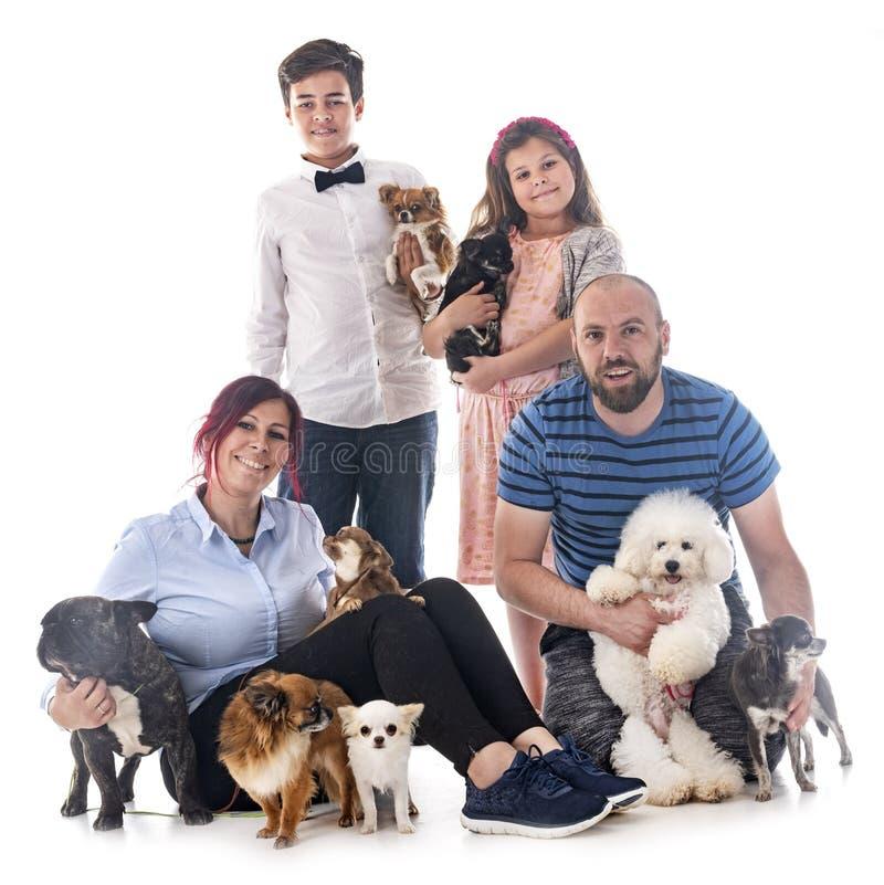 Familj och hundkapplöpning royaltyfri foto