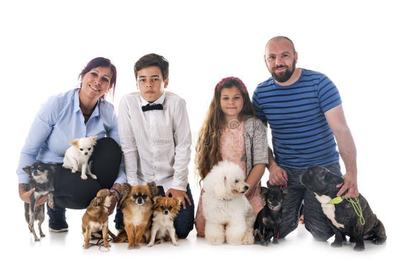 Familj och hundkapplöpning royaltyfria foton