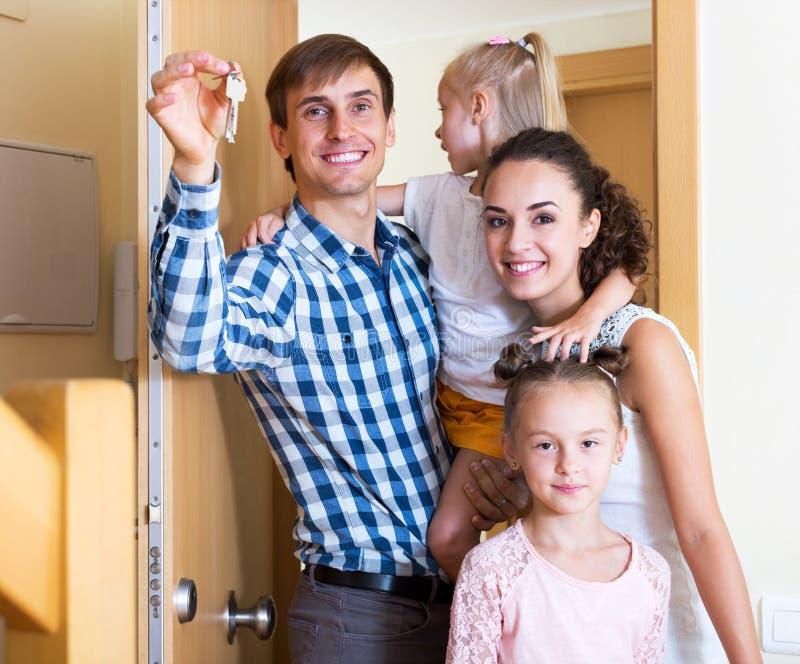 Familj och ny lägenhet för tangenter royaltyfri bild