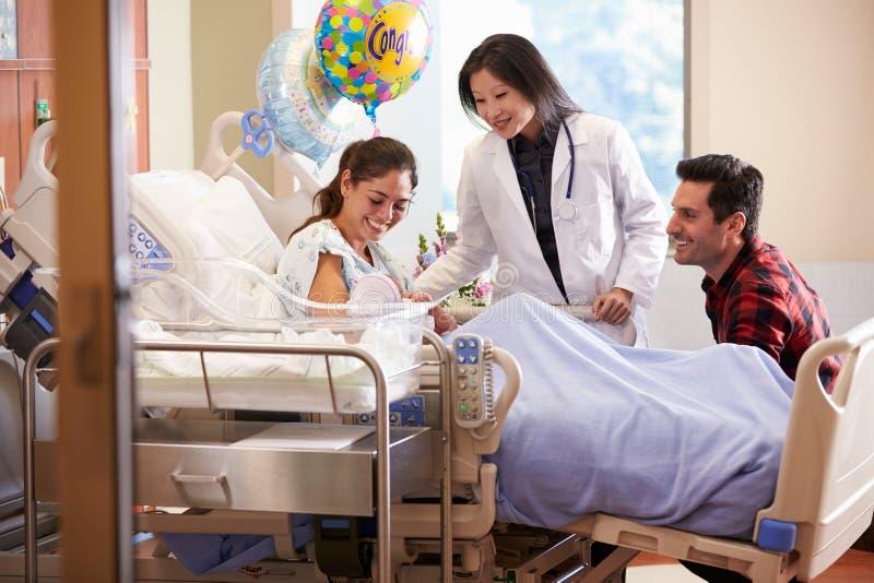 Familj och stolpe Natal Department för doktor With Baby In arkivbilder