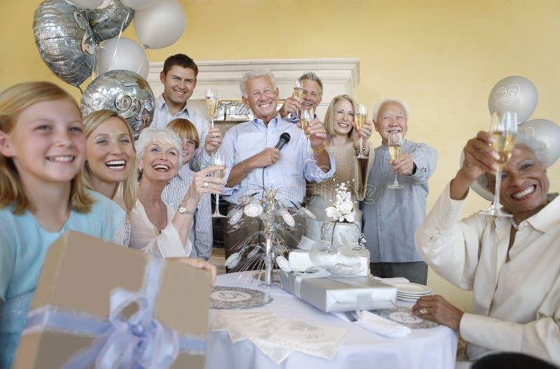 Familj och vänner som rostar Champagne arkivfoto