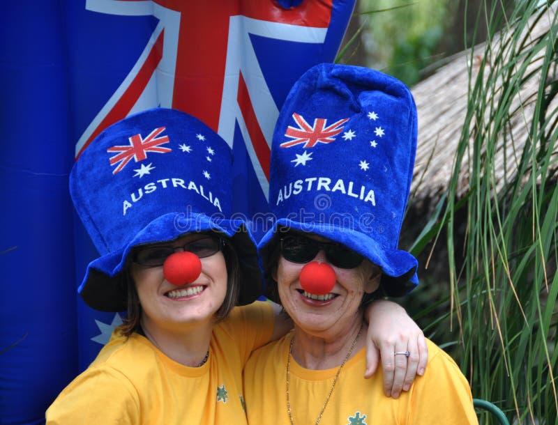 Familj på Australien dagberömmar med galna blåtthattar arkivbild