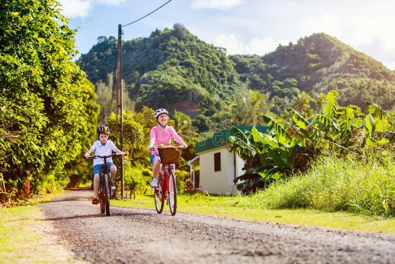 Familj på cykelritt royaltyfri foto