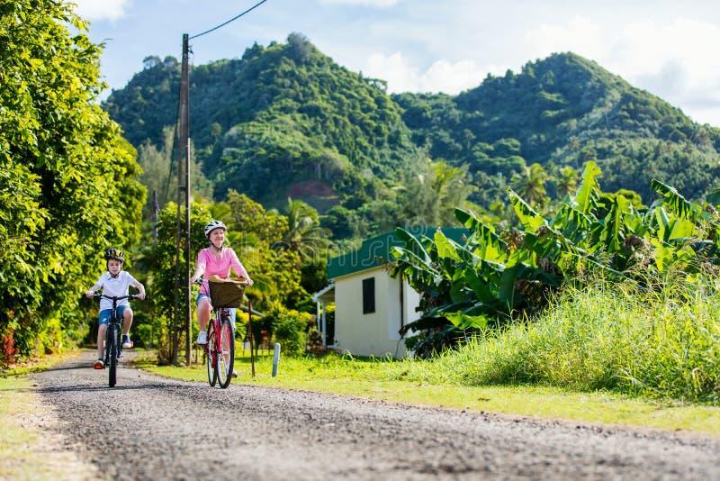 Familj på cykelritt fotografering för bildbyråer