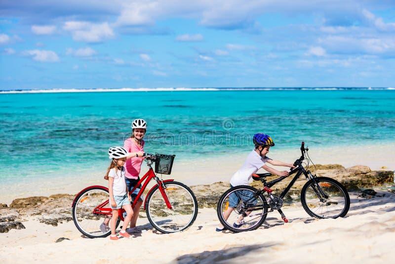 Familj på cykelritt arkivbilder