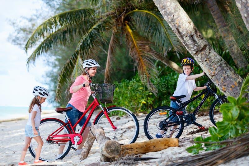 Familj på cykelritt royaltyfri bild