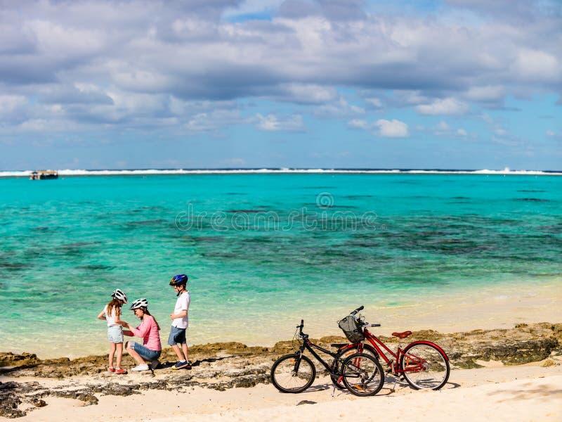 Familj på cykelritt arkivfoto
