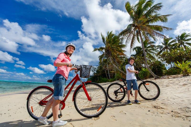 Familj på cykelritt arkivfoton