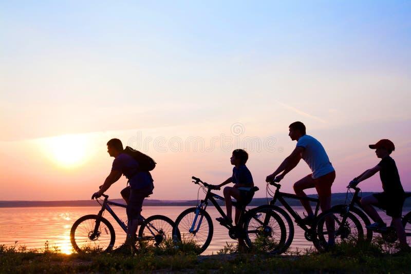 Familj på cyklar royaltyfria foton