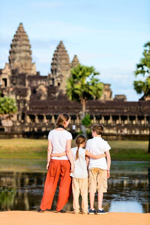 Familj på den Angkor Wat templet arkivbilder