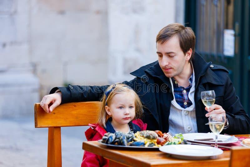 Familj på den utomhus- restaurangen fotografering för bildbyråer