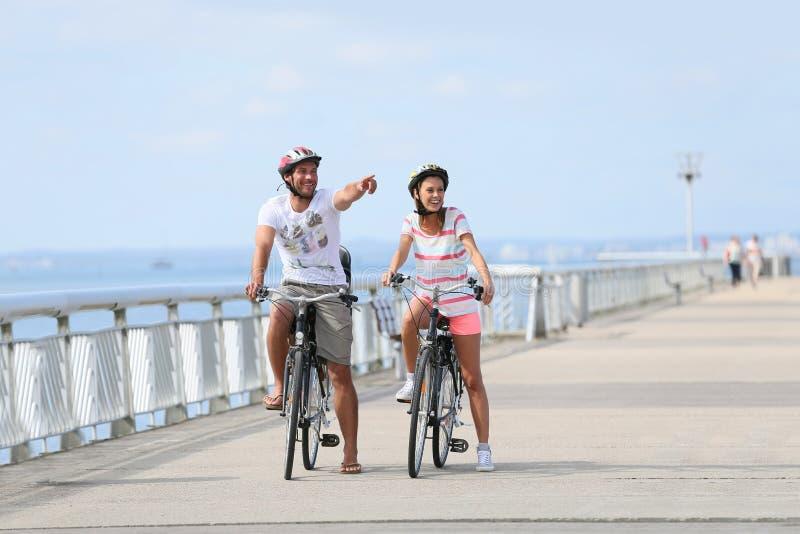 Familj på en cykla resa på sjösidan fotografering för bildbyråer