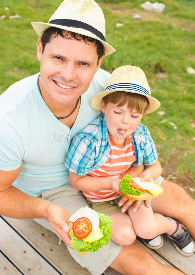 Familj på en picknick i bergen royaltyfria foton