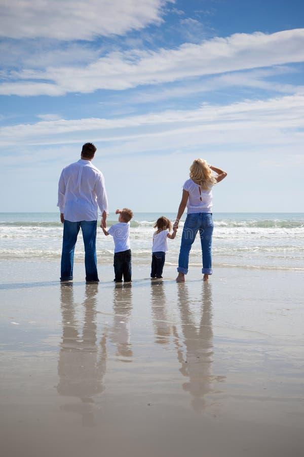 Familj på en strand arkivbild
