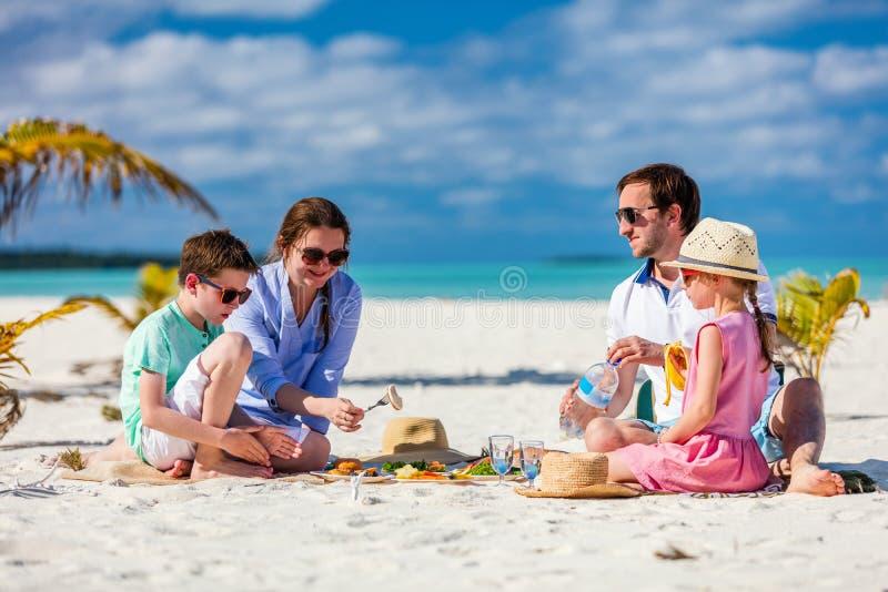 Familj på en tropisk strandsemester arkivfoto