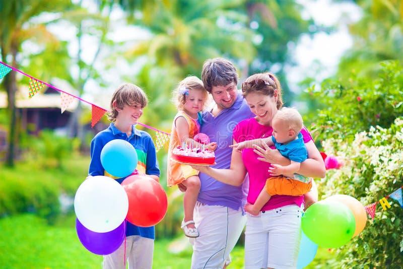 Familj på födelsedagpartiet arkivbilder