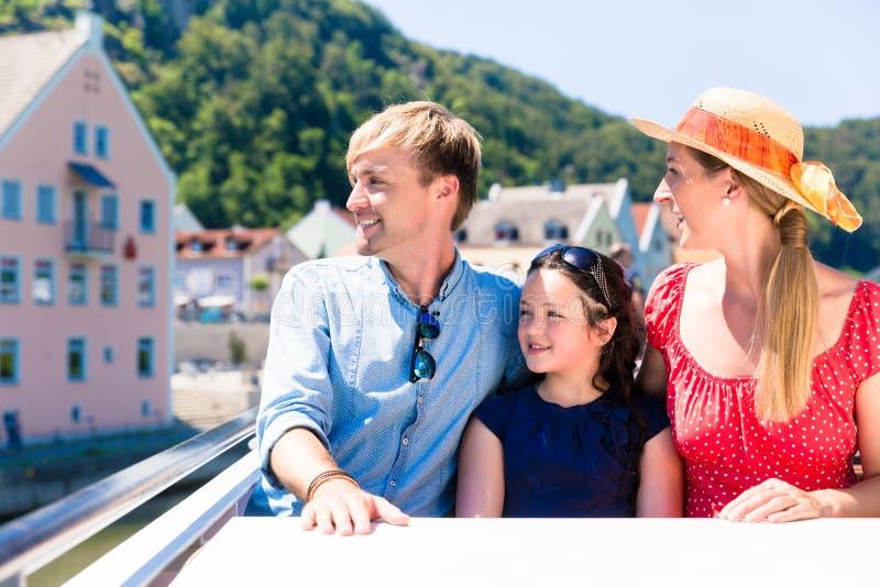 Familj på flodkryssning i sommarsammanträde i skepp arkivbild