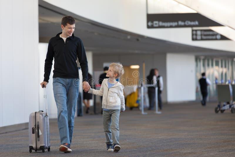 Familj på flygplatsen arkivbild