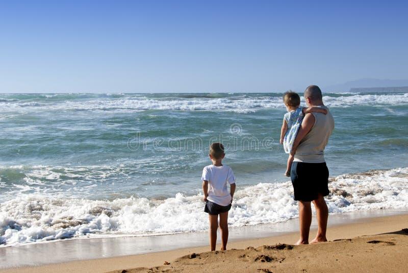 Familj på havet royaltyfri bild