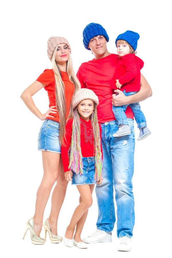 Familj på jul Gladlynt familj i hattar som ser kameran och ler, medan isolerat på vit Älska för stående royaltyfri foto