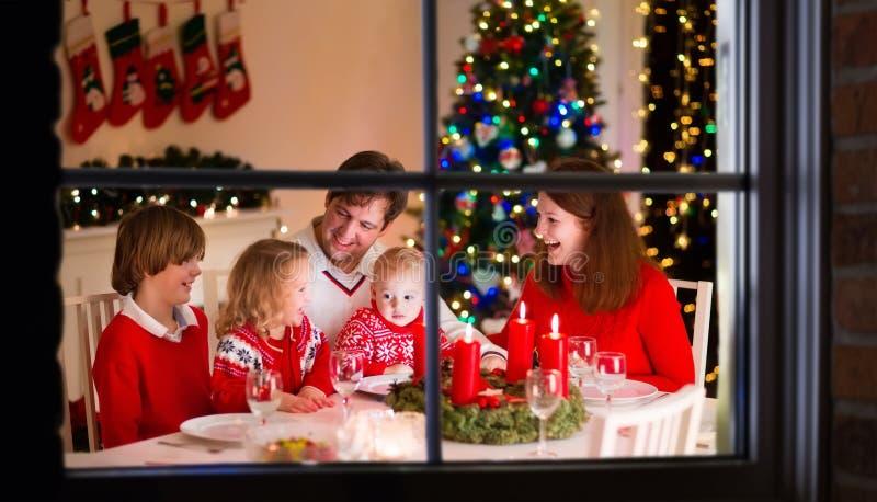 Familj på julmatställen hemma royaltyfria foton